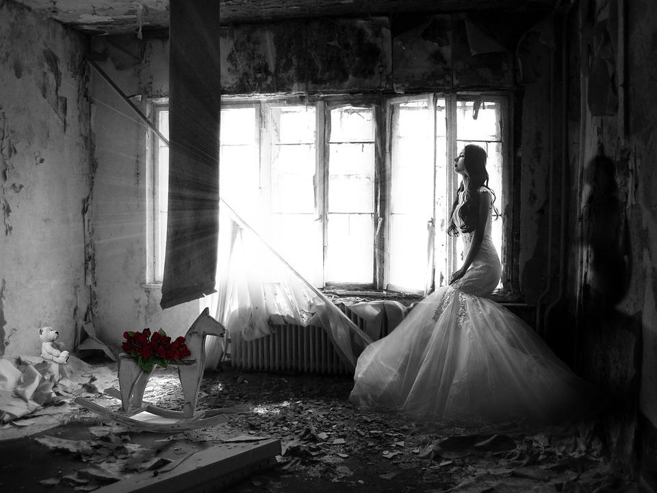 woman e macerie-1517067_960_720
